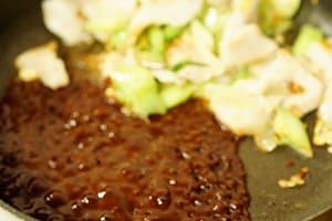 四川風豚トロ葉玉ねぎ炒め 調理